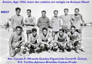 00041 944-08 team de futebol do curso D João de Castro após jogo na Escola de Aviação Naval