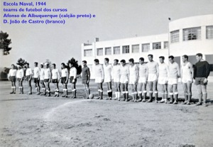 00048 944 Escola Naval-os teams de futebol dos cursos D João de Castro (calção branco) e Afonso de Albuquerque