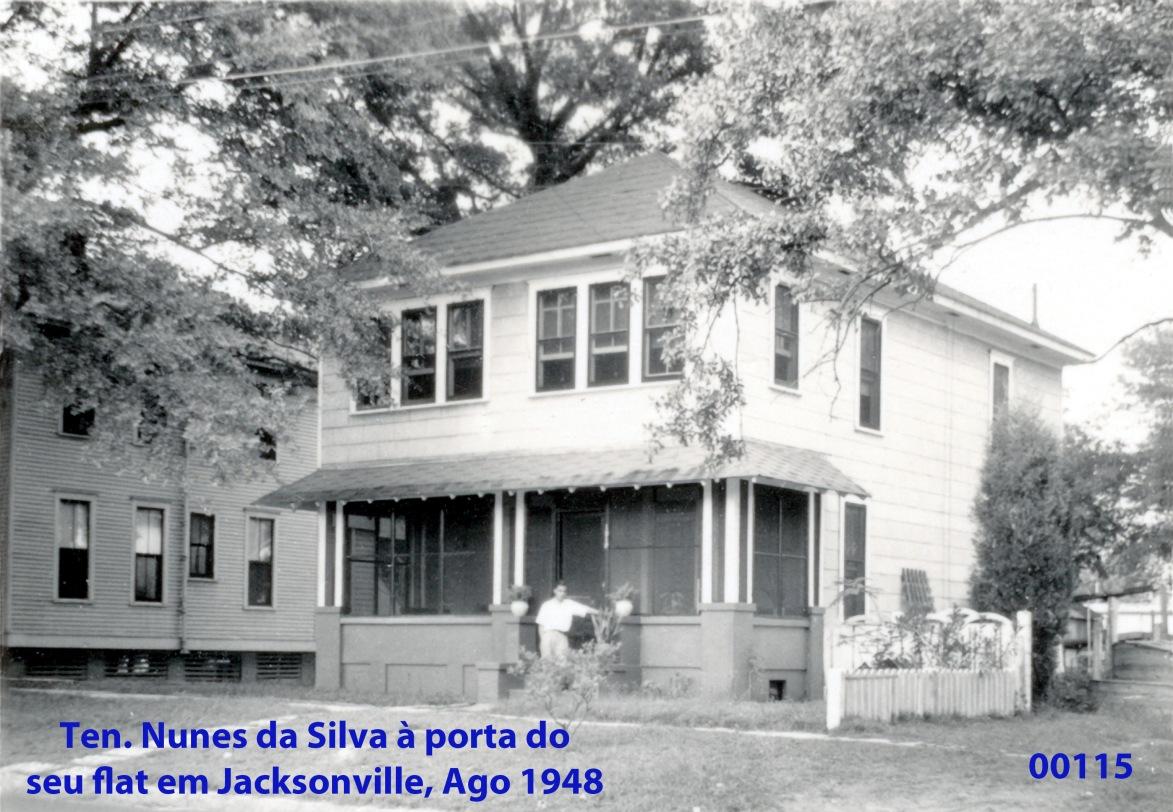00153 948-08 ten Nunes da Silva à portas do seu flat em Jacksonville
