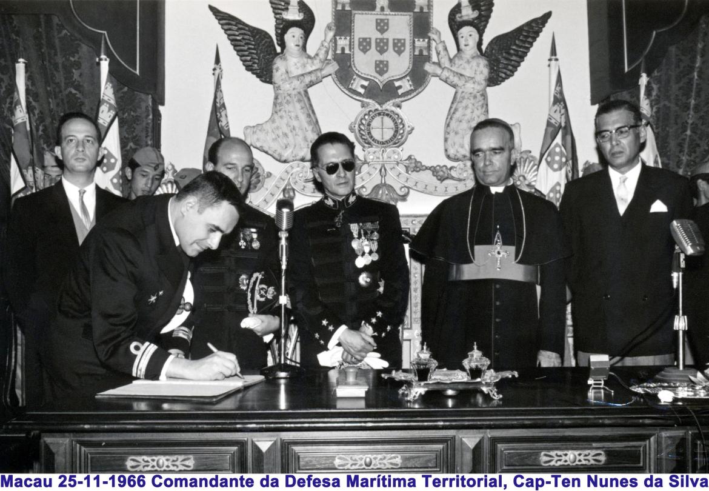00466 966-11-25 Comte Defesa Marítima Territorial assinando o livro da posse do Governador Nobre de Carvalho