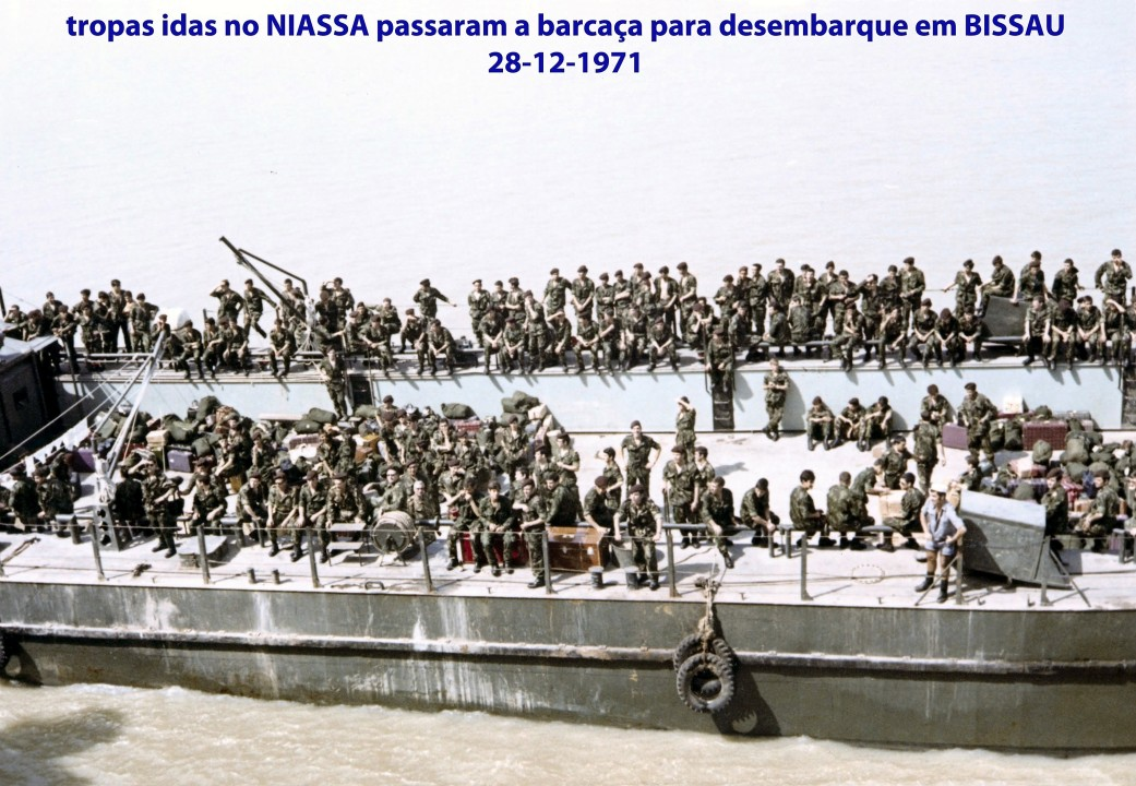 00594 971-12-28 tropas idas no NIASSA passaram a barcaça para desembarque em BISSAU