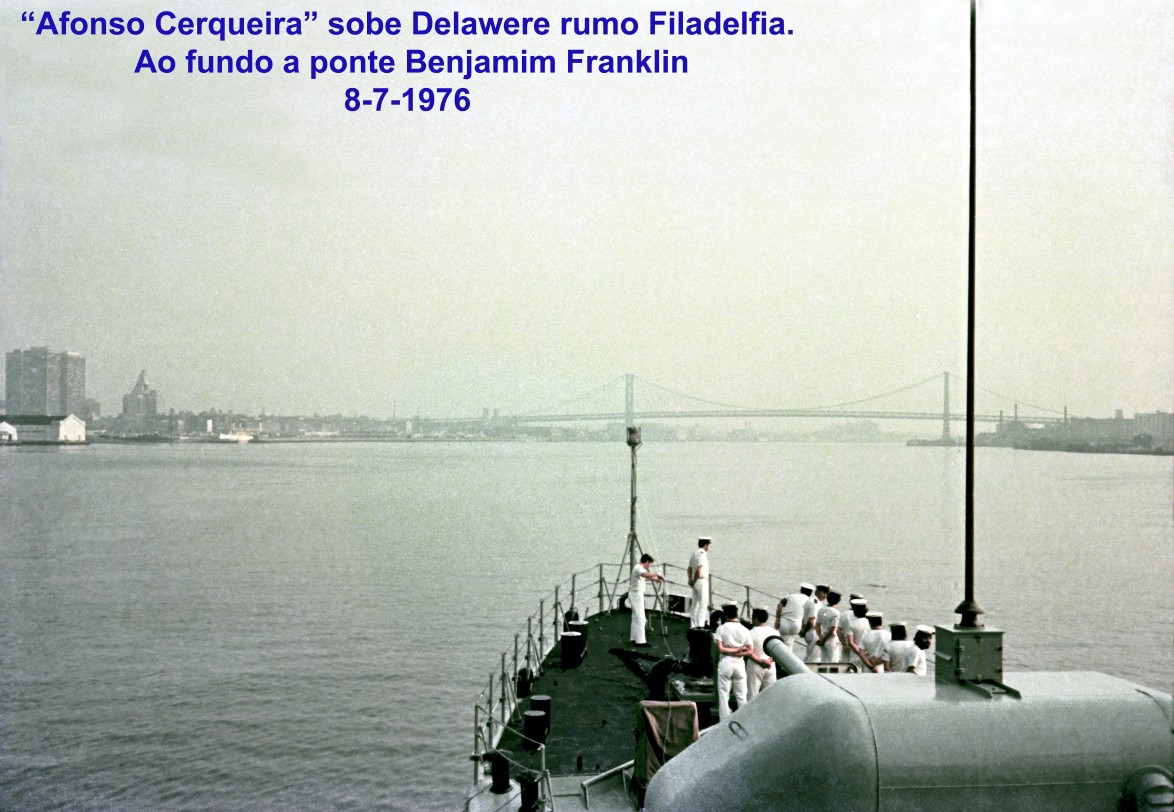 """00731 976-07-08 """"Afonso Cerqueira"""" sobe Delawere rumo Filadelfia. Ao fundo a ponte Benjamim Franklin"""