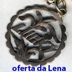 002 67-01 medalhinha oferta da Lena no regresso de refugiada em HK