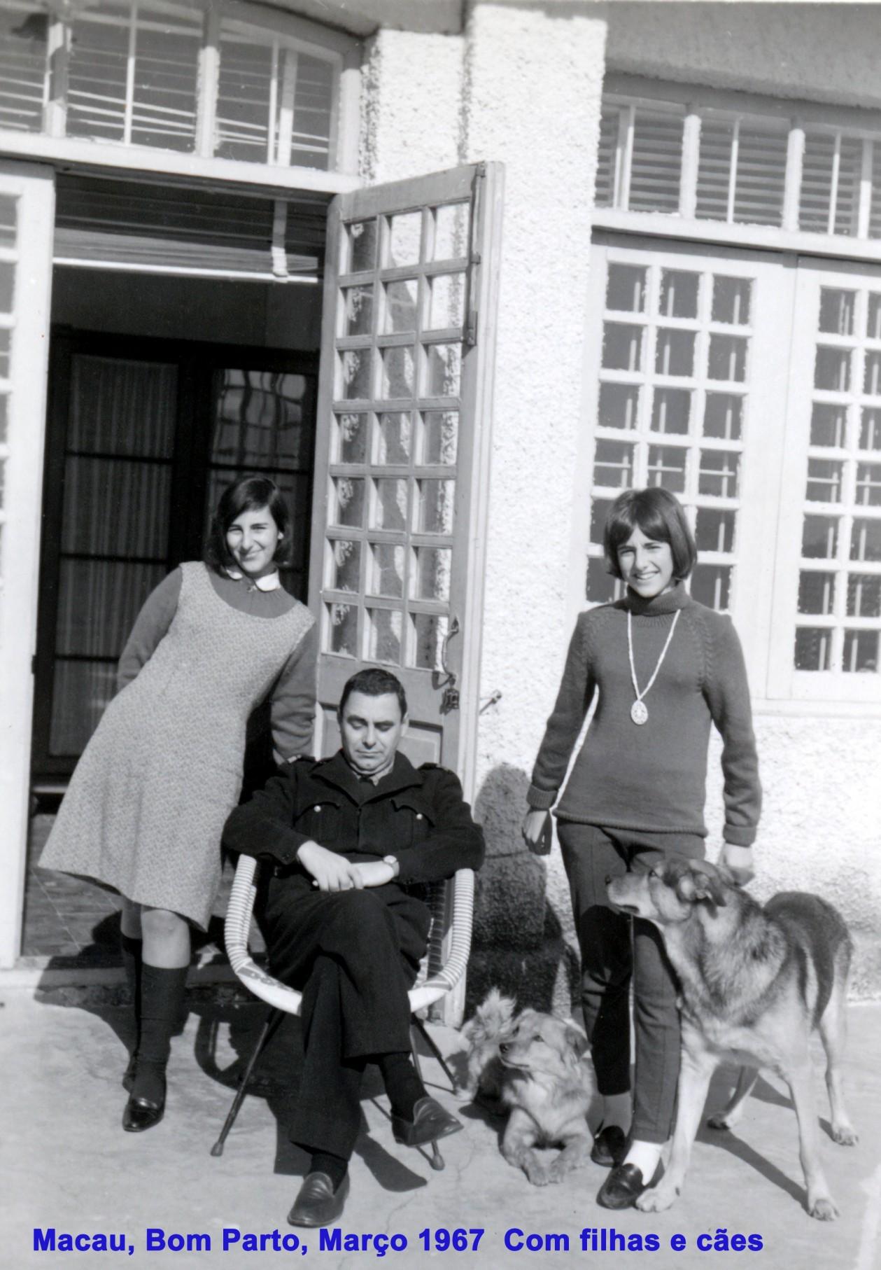 015 67-03 Pai com filhas e cães no Bom Parto