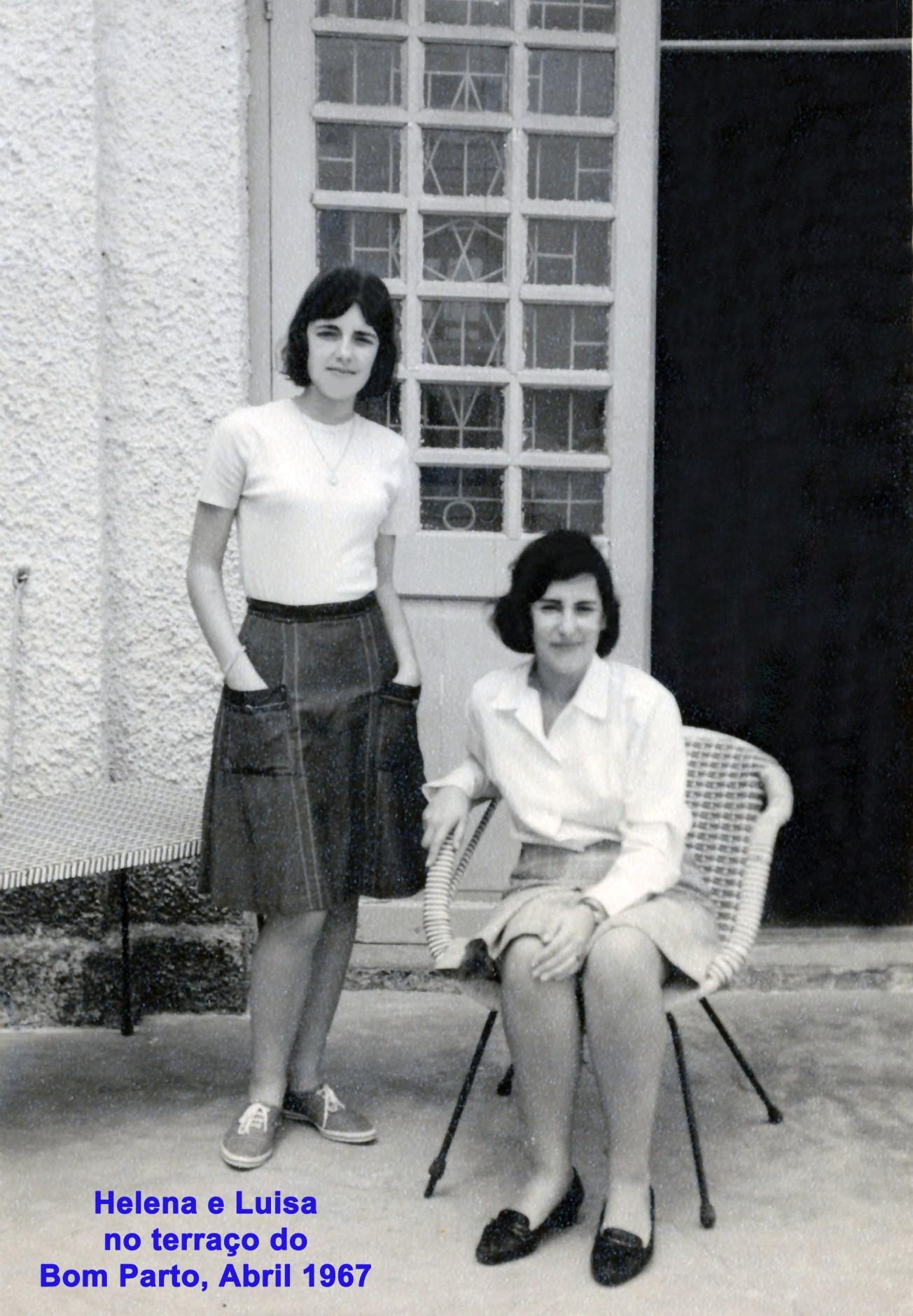 022 67-04 Helena de pé e Luisa sentada no Bom Parto