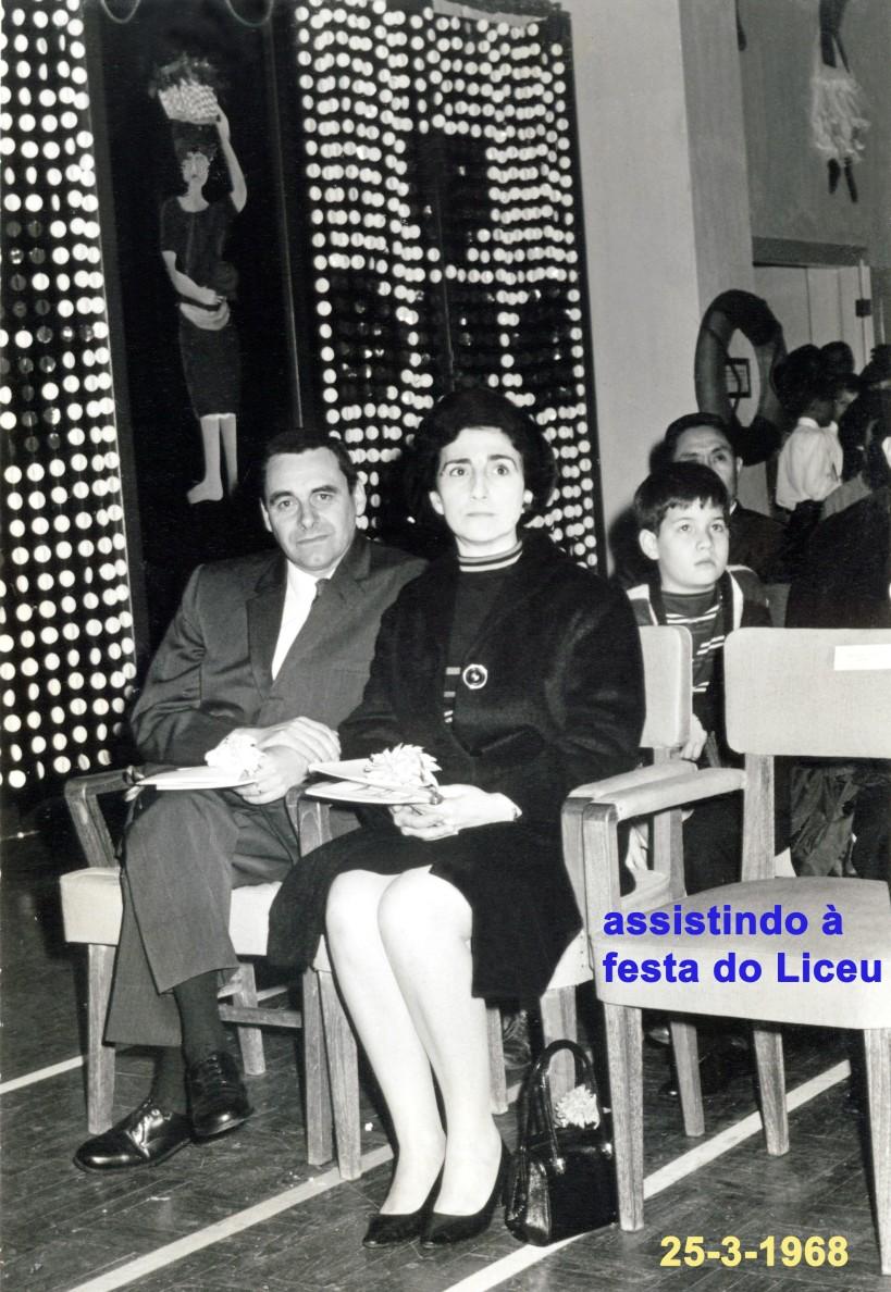 034 68-03-25 Madalena e António assistem à festa do Liceu