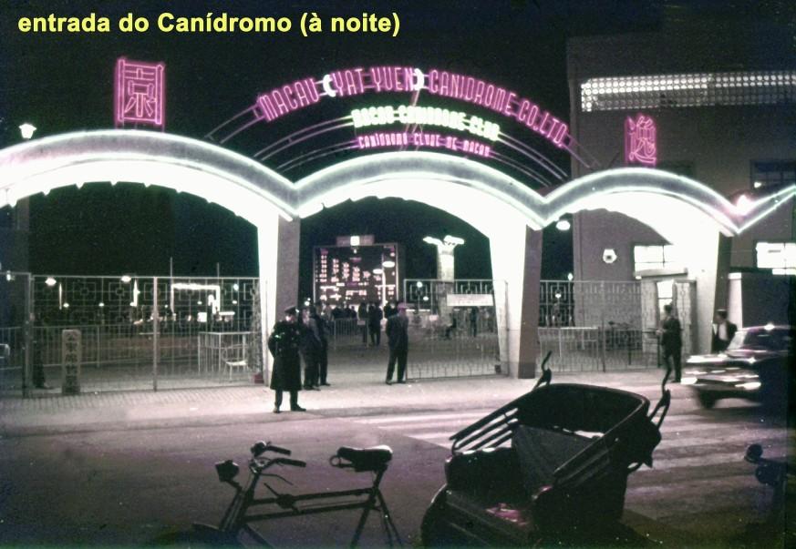 043 entrada do Canídromo de noite