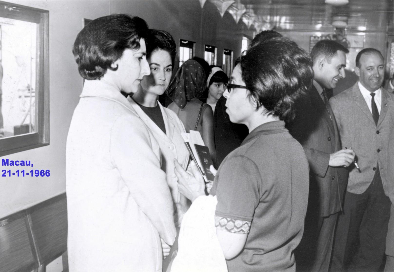 047 66-11-21 Lena conversa com M. Teresa Nunes