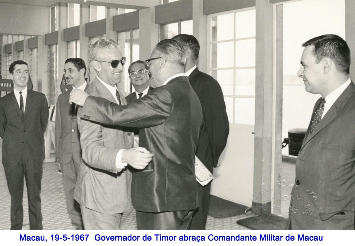 058 67-05-19 Governador de Timor abraça cor
