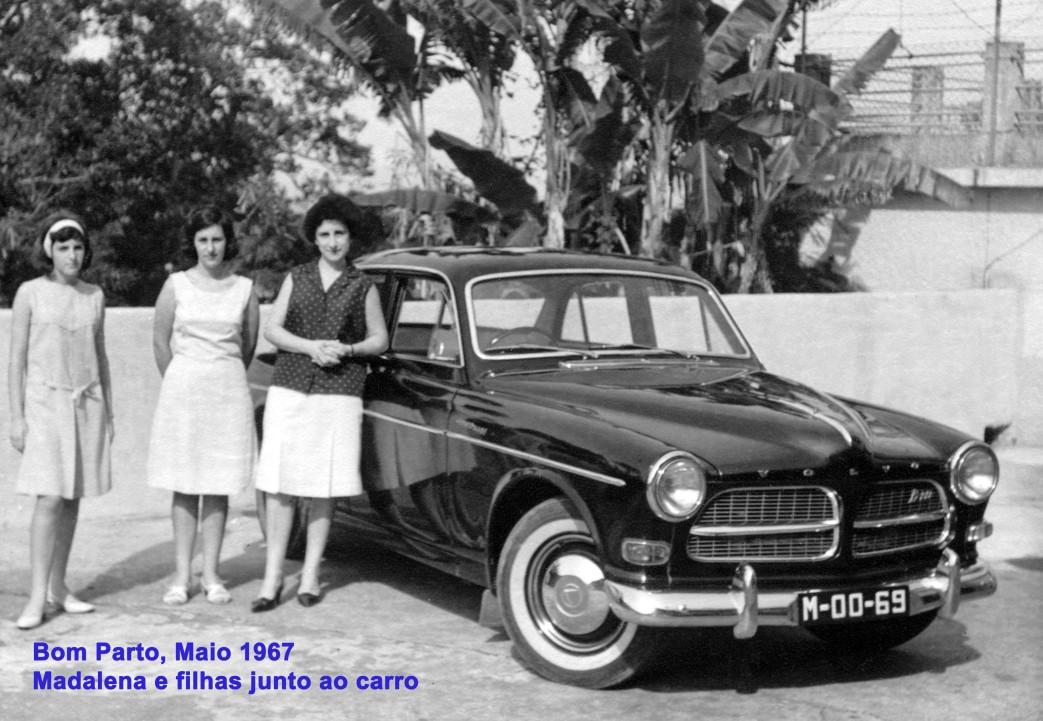 063 67-05 Lena e filhas junto ao carro no Bom Parto
