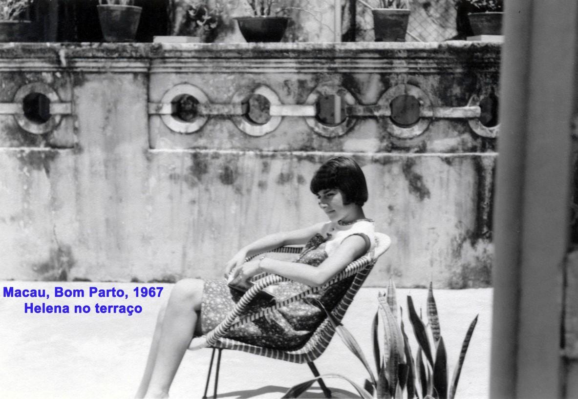 068 67 Helena sentada no terraço do Bom Parto