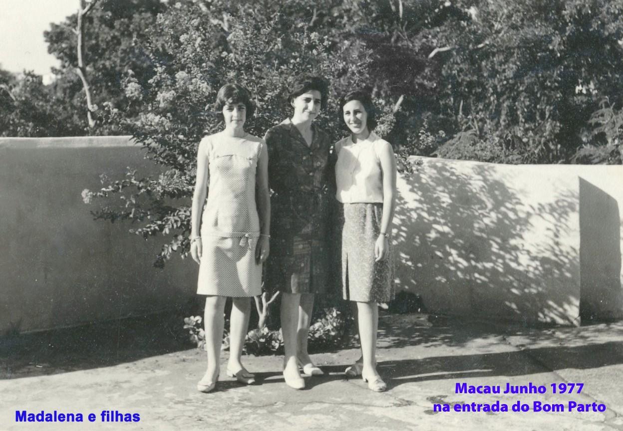 072 67-06 Lena e filhas na entrada do Bom Parto