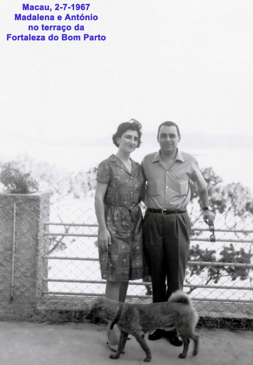 090 67-07-02 Madalena e António no terraço do Bom Parto