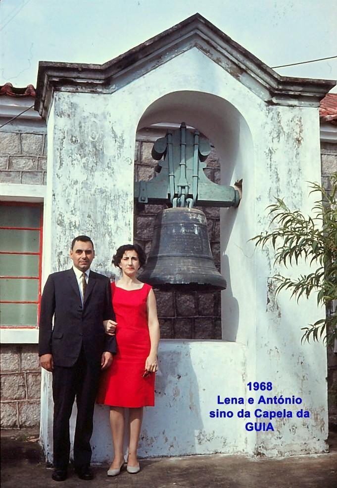 110 68 Lena e António junto sino da capela da Guia