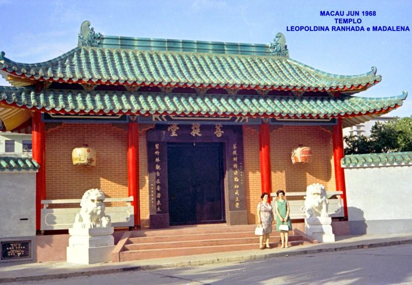 121 68-06 Lena e Leopoldina Ranhada à entrada de Templo