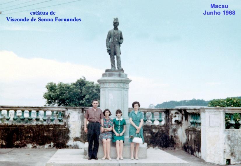132 68-06 família Nunes da Silva junto estátua do Visconde de Senna Fernandes
