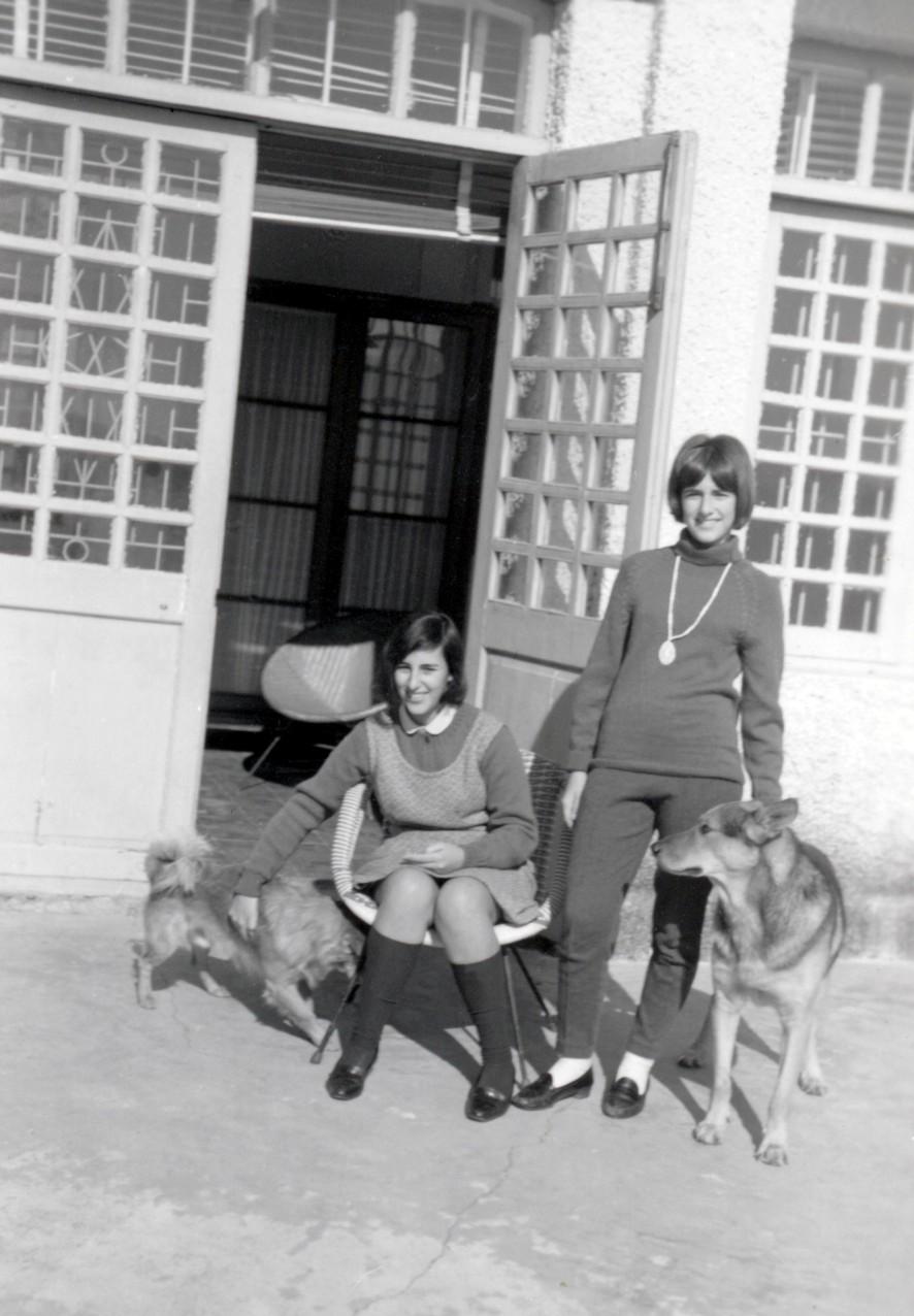 144 67 Helena e Luisa com os cães, no Bom Parto