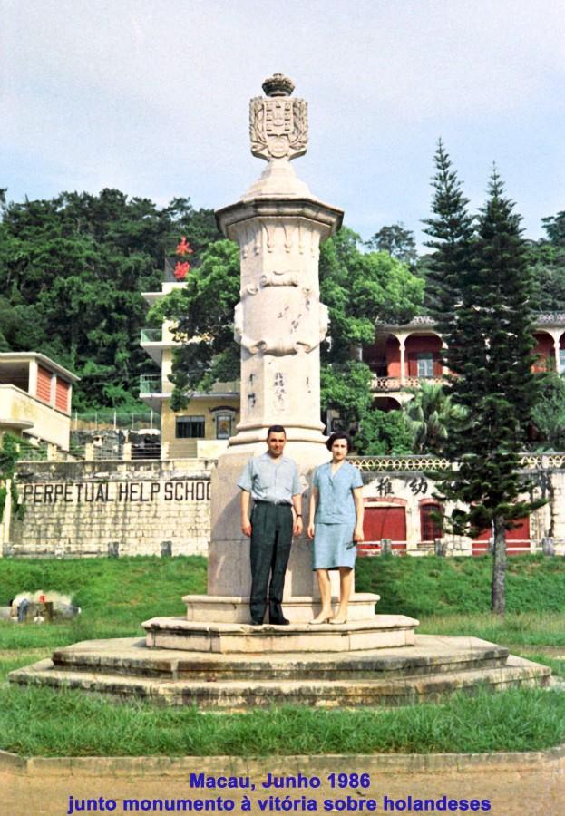 152 68-06 casal N Silva junto monumento à vitória sobre holandeses