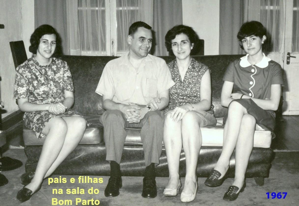 155 67 pais e filhas no sofá da sala do Bom Parto