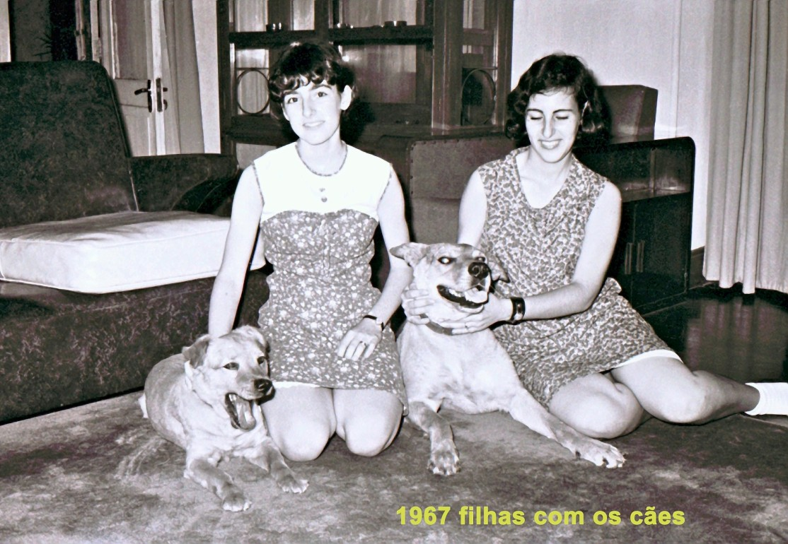 174 67 filhas com os cães sentados no tapete