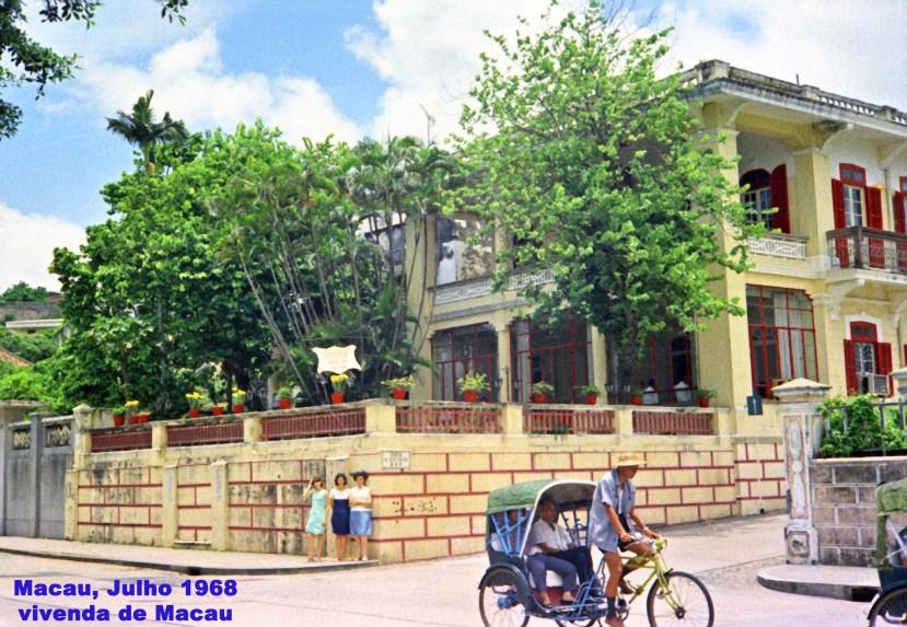 175 68-07 Madalena e filhas junto de vivenda de Macau
