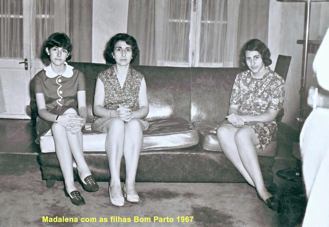 179 67 Lena com as filhas no sofá do Bom Parto