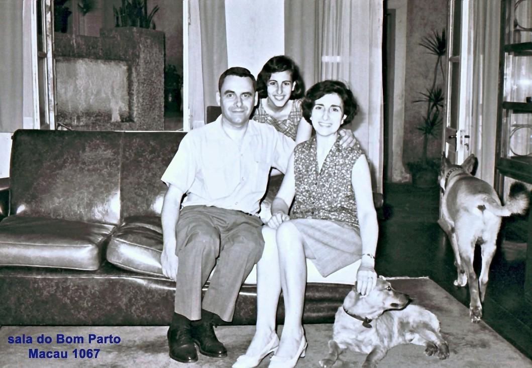 181 67 Luisa com os pais e cães na sala