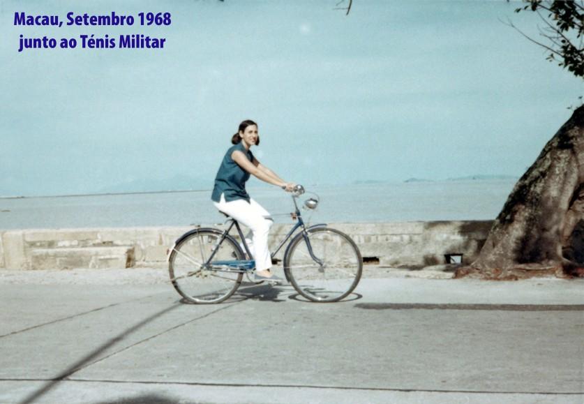 245 68-09 Luisa de bicicleta junto ao ténis Militar