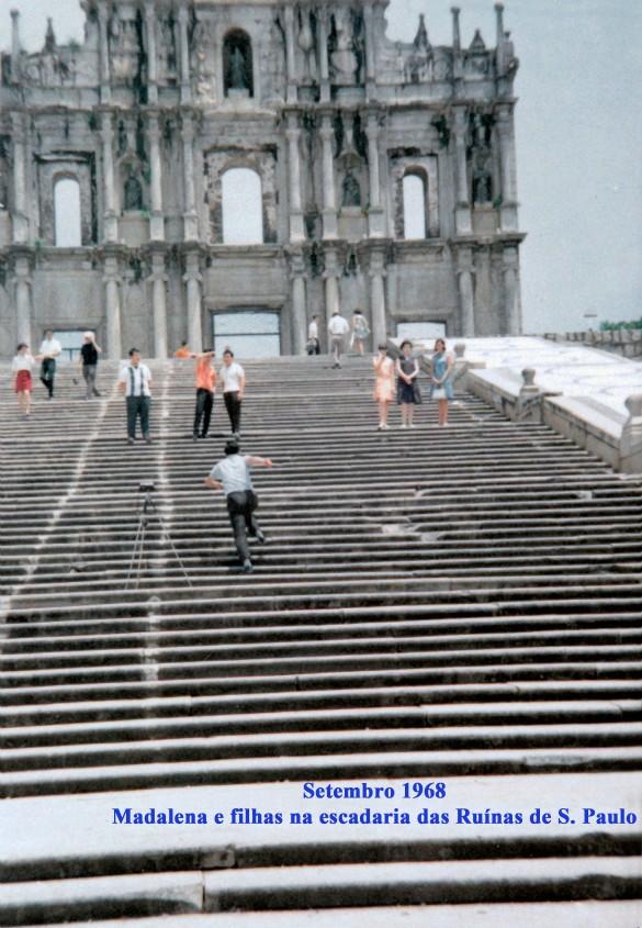 271 68-09 Madalena e filhas na escadaria das Ruínas de S. Paulo