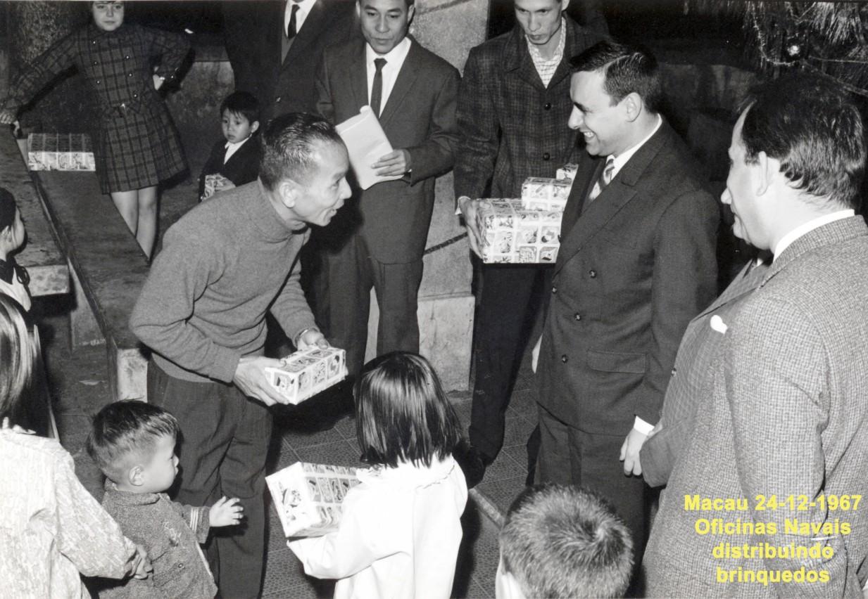 272 67-12-24 distribuindo brinquedos nas Oficinas Navais