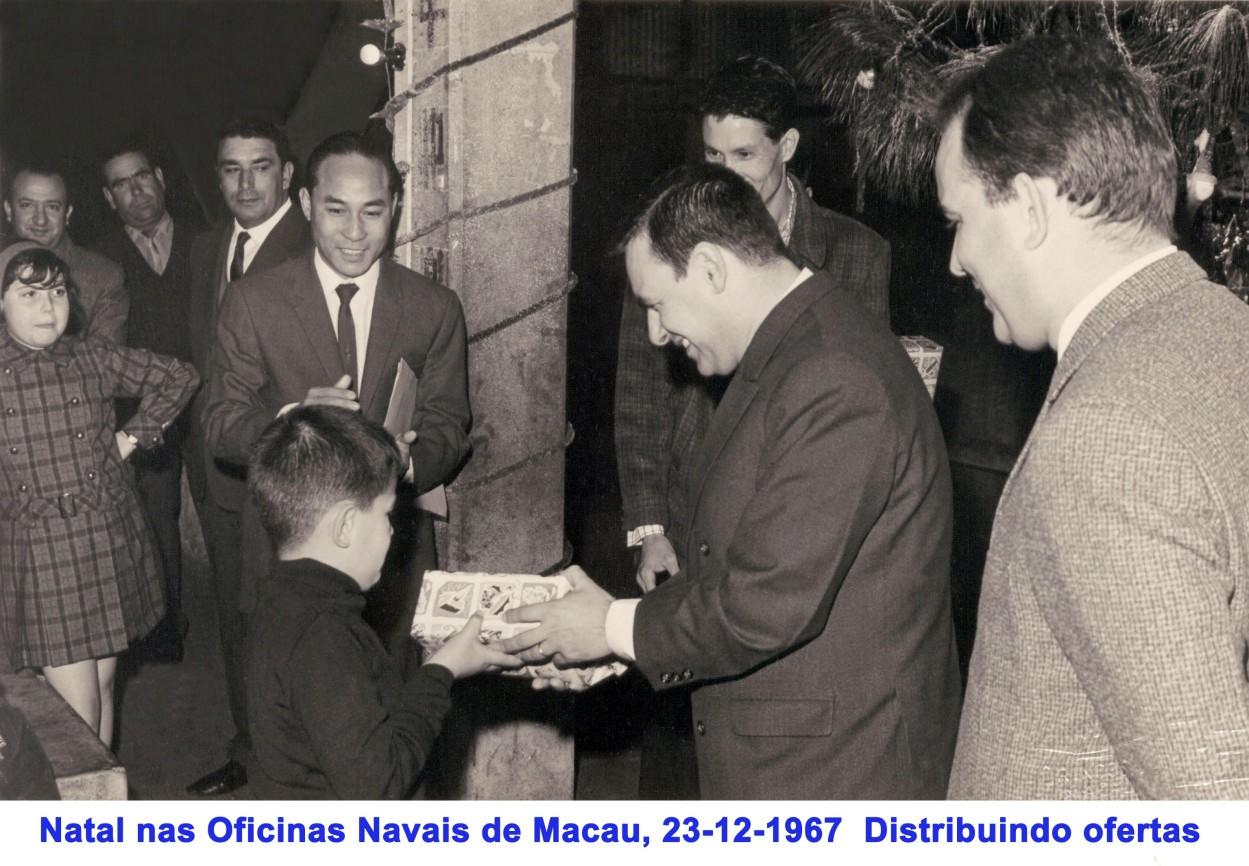 278 67-12-23 distribuindo ofertas a crianças nas Oficinas Navais