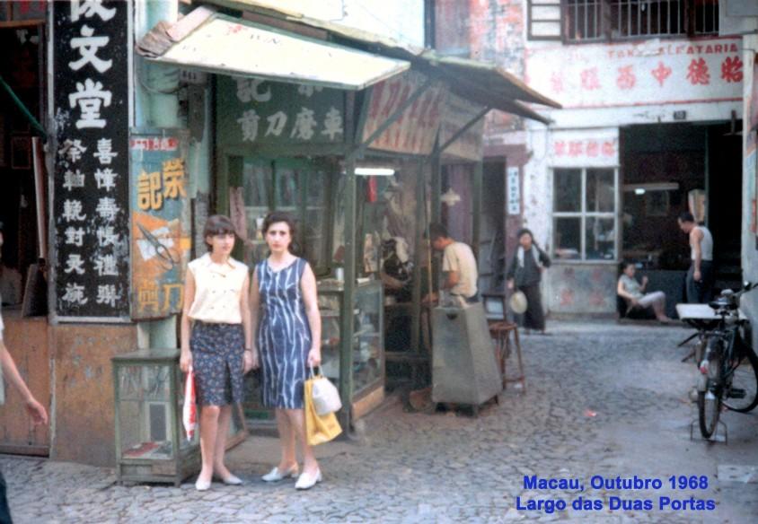 322 68-10 Madalena e Helena no Largo das Duas Portas